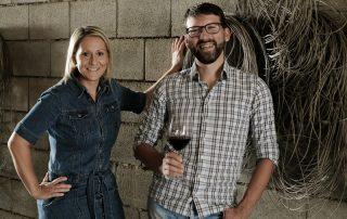 Elisabeth und Michael Nekowitsch stehen im Weinkeller vor einer Wand