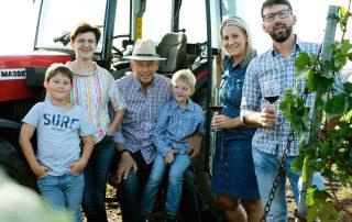 Familie Nekowitsch vor einem Traktor