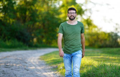Michael Nekowitsch geht in Illmitz einen Feldweg entlang