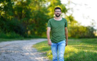 Michael Nekowitsch geht einen Feldweg entlang