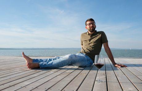 Michael Nekowitsch sitzt auf einem Holzsteg am Neusiedler See in Illmitz