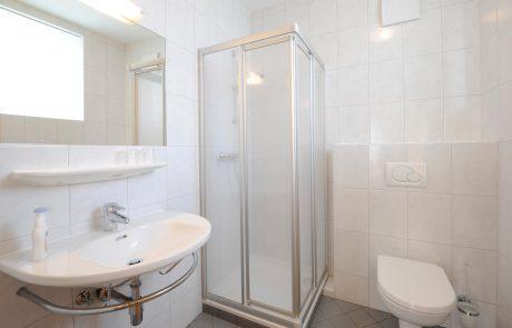 Bad mit WC & Dusche in einem Gästezimmer am Weingut Nekowitsch